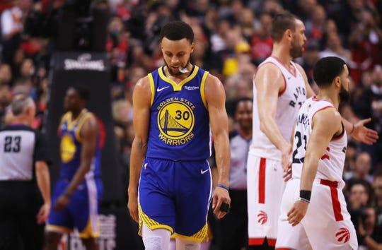 Stephen Curry #30 de Golden State Warriors no pudo convertirse en héroe para su equipo.