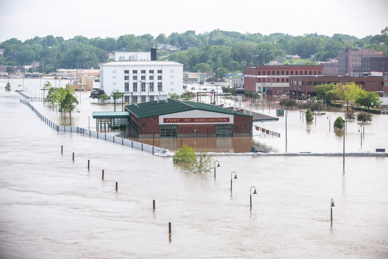 Iowa flooding 2019: HESCO barrier fails in Burlington along Mississippi  River