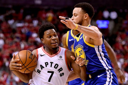 Stephen Curry (30) helped the Warriors best guard Kyle Lowry (7) and the Raptors to even the series at 1 game apiece.