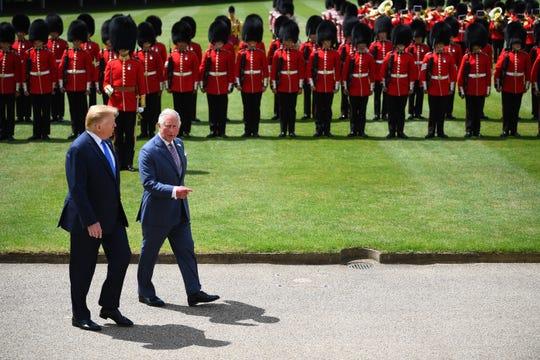 El presidente de EEUU (izq.) Donald Trump y el Príncipe Carlos de Inglaterra conversan mientras caminan por el Palacio de Buckingham, en Inglaterra.