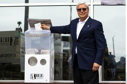 Jaime Bonilla al momento de ejercer su voto.