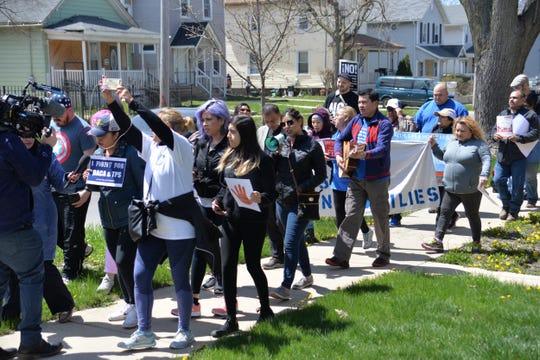 Vista de varios beneficiarios de los programas DACA y TPS durante una manifestación.