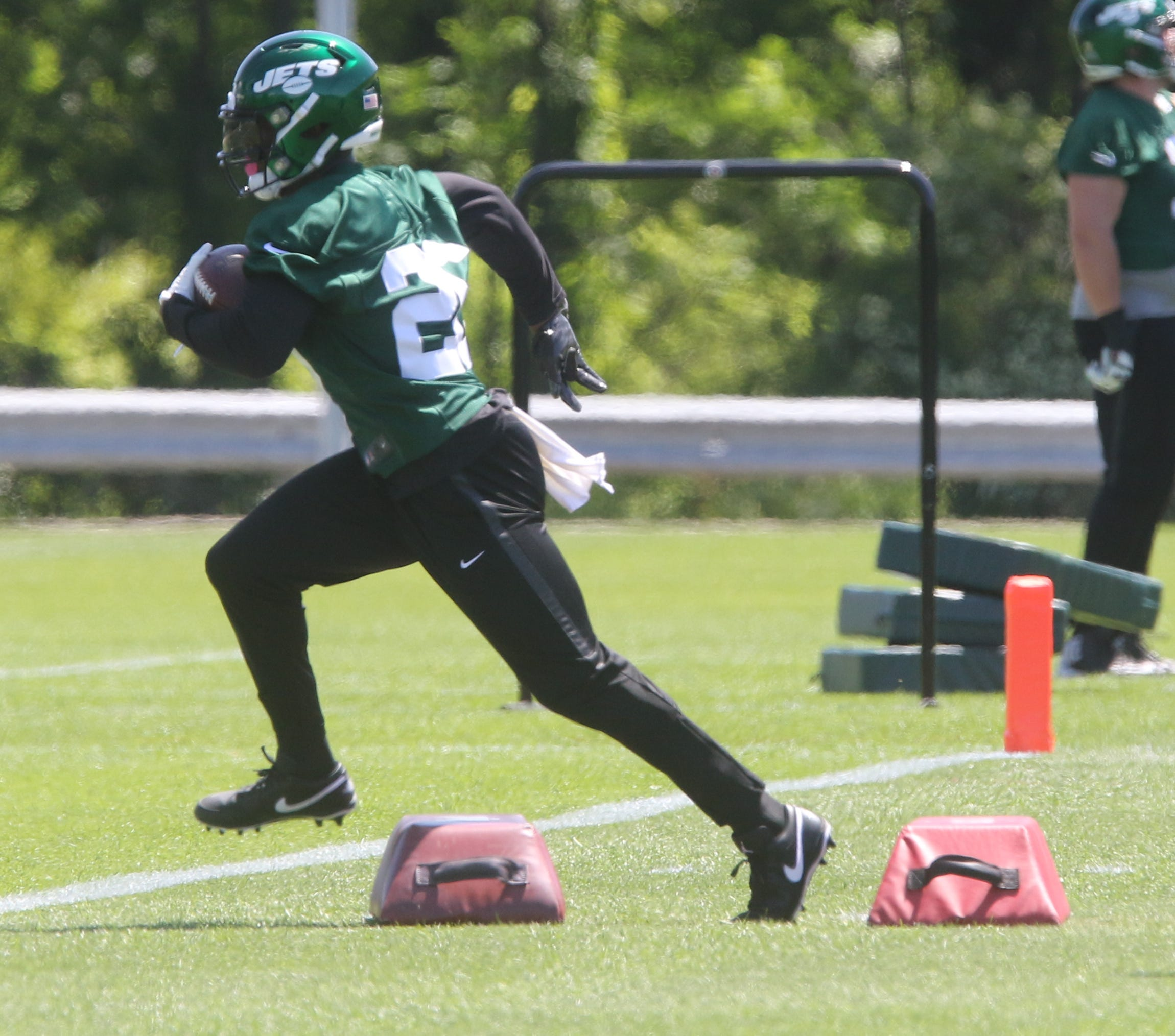 0e68c913 Le'Veon Bell debuts at Jets minicamp