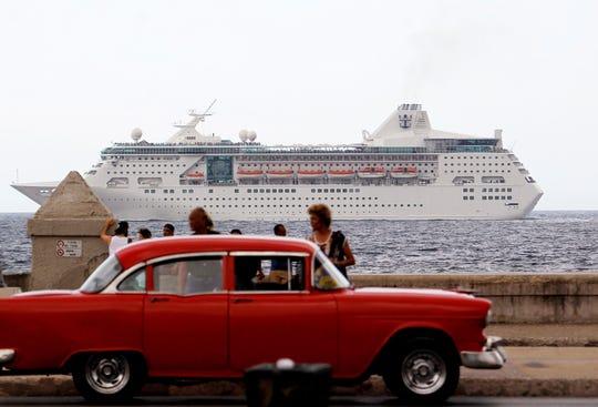 El Gobierno de Trump prohíbe los viajes en crucero a Cuba. Fotografía de archivo del 22 de mayo de 2017 muestra un crucero con turistas que pasan frente al Malecón en La Habana (Cuba).