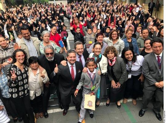 """La Jefa de Gobierno, Claudia Sheinbaum, presentó ayer, junto con el Secretario de Educación federal, Esteban Moctezuma, el modelo de """"uniforme neutro"""", que elimina esta restricción."""
