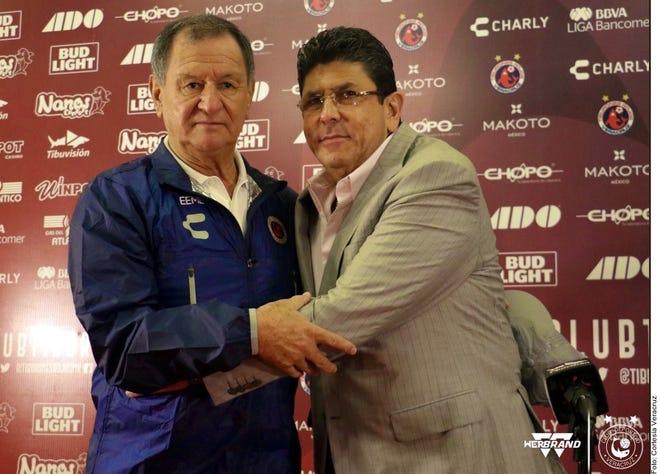 Enrique Meza (izq.) buscará darle otra cara al Veracruz, que descendió el torneo pasado, pero mantuvo la permanencia tras un pago millonario.