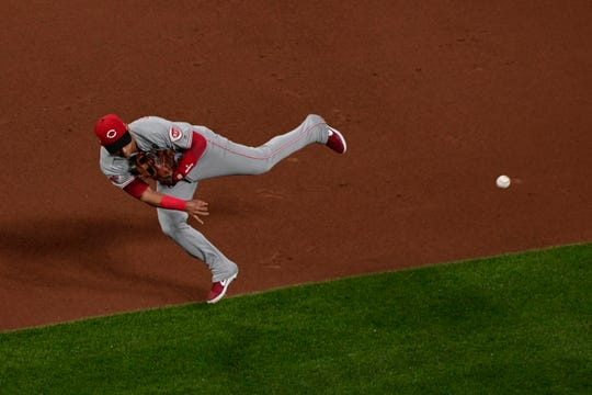 Jun 4, 2019; St. Louis, MO, USA; Cincinnati Reds shortstop Jose Iglesias (4) throws on the run but is unable to force out St. Louis Cardinals shortstop Paul DeJong (not pictured) during the first inning at Busch Stadium. Mandatory Credit: Jeff Curry-USA TODAY Sports