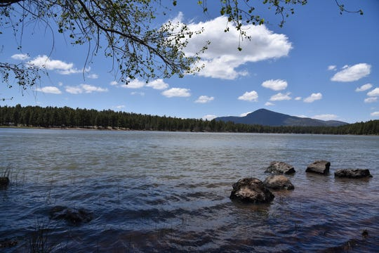 A stroll around Dogtown Lake adds 1.8 miles to the hike.