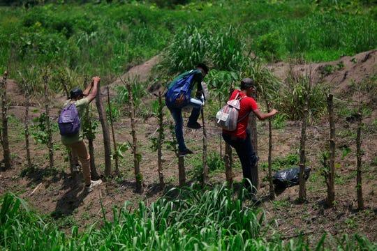 Cientos de migrantes cruzaron de Guatemala a México esta semana y un grupo de unos 1,000 inició una marcha hacia el norte con miras a llegar a EEUU. 5 de junio, 2019. Esto se produce luego de que el presidente estadounidense Donald Trump amenazara con imponer aranceles a las importaciones mexicanas, a menos que el gobierno de México tome más medidas para frenar el flujo de migrantes que viaja por su territorio hacia Estados Unidos.