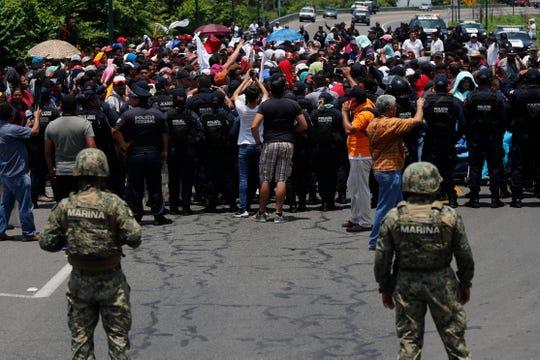 Soldados mexicanos vigilan el cruce de migrantes centroamericanos por la frontera sur con Guatemala.