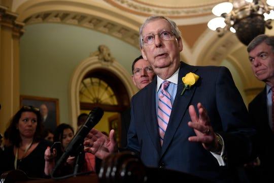 Mitch McConnell, líder de la mayoría en el senado, habla con los medios.