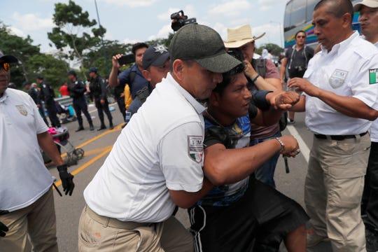 Autoridades arrestan a migrantes en la frontera con Guatemala.
