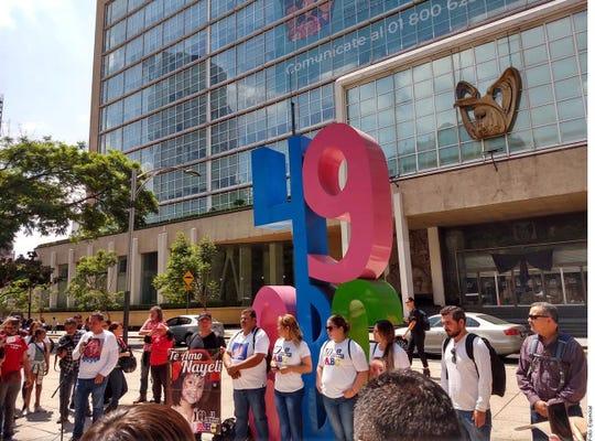 Un grupo de padres de niños que fallecieron hace 10 años en el incendio de la Guardería ABC, en Hermosillo, Sonora, exigieron justicia frente a las oficinas centrales del IMSS, en la Ciudad de México.