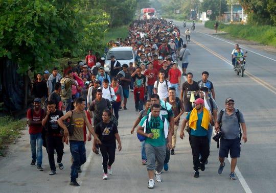 Cientos de migrantes cruzan de Guatemala a México. Foto archivo.