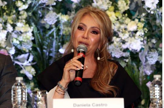Daniela Castro habla frente a los medios.