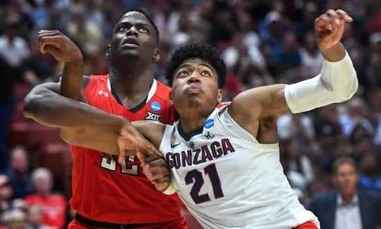 Gonzaga Bulldogs forward Rui Hachimura (21) battles for rebounding position.