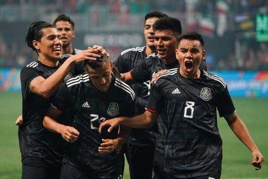 Jugadores de México celebran uno de los goles ante la 'vino tinto'.