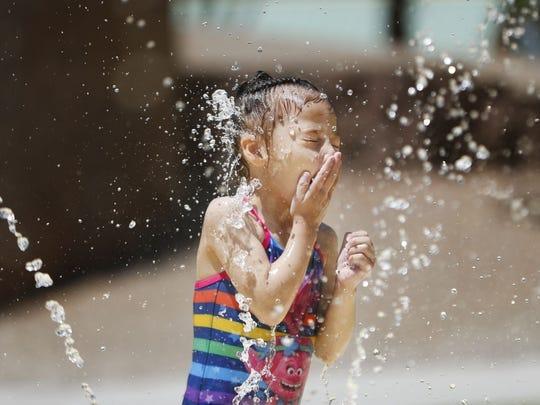 Shaniya está en el agua en los chapoteaderos para refrescarse en el Desert Breeze Park en Chandler el 5 de julio de 2018.