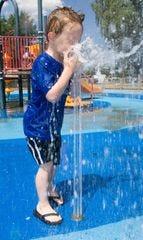 Un niño juega en el parque Jaycee en Tempe.