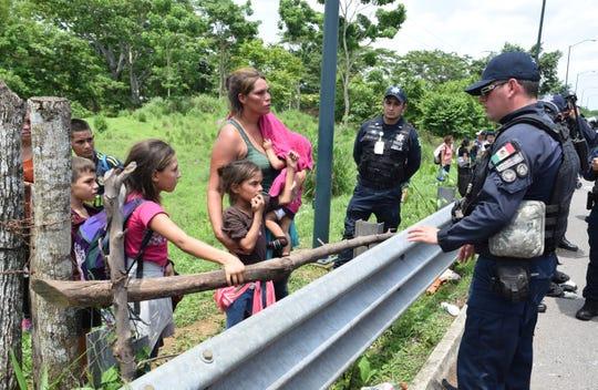 Denuncian maltrato de militares mexicano hacia migrantes, en frontera México-Guatemala.