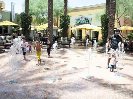 Niños jugando en Desert Ridge Marketplace Splash Pad en Phoenix.