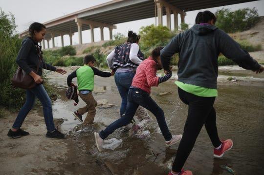 Migrantes avanzan rumbo a EEUU.