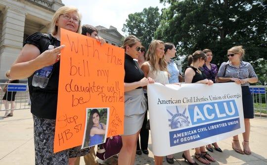 Simpatizantes de la Unión Americana de Libertades Civiles durante una protesta.