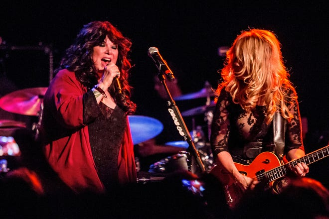 (L-R) Ann Wilson and Nancy Wilson of Heart perform in 2014. They're getting the band back together.
