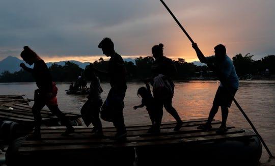 Migrantes centroamericanos cruzan el río Suchiate, que divide Guatemala con México.