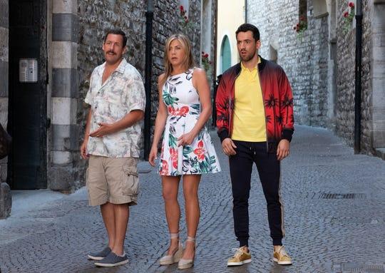 """Los actores (i-d) Adam Sandler, Jennifer Aniston y Luis Gerardo Méndez, durante una escena de la película """"Murder Mystery""""."""
