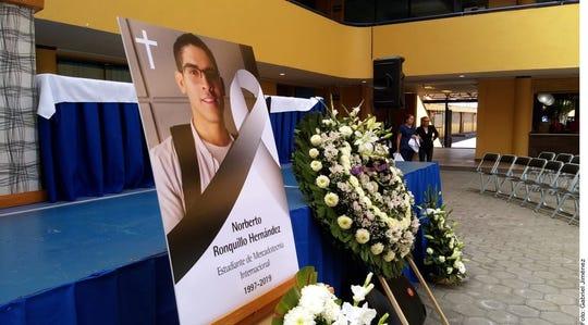 Familiares y amigos despiden a Norberto Ronquillo.