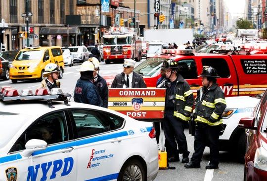 Agentes de policía y del cuerpo de bomberos trabajan en Manhattan, N.Y.