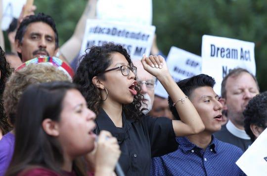 Inmigrantes y activistas de derechos humanos protestan contra la decisión del presidente estadounidense, Donald Trump, de poner fin al programa de Acción Diferida.