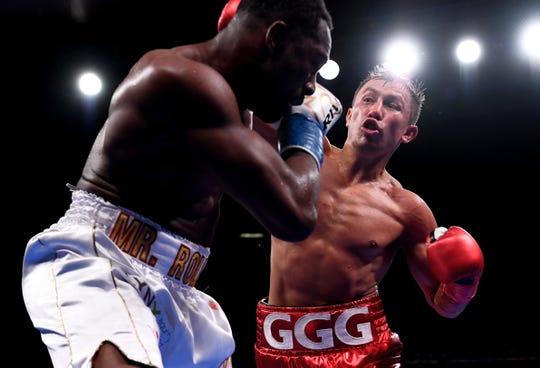 Gennady Golovkin lanza golpes a Steve Rolls.