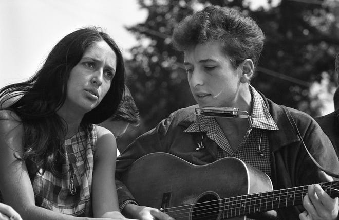 Bob Dylan Joan Baez Relationship At Heart Of Scorsese S Netflix Doc