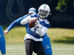 3 rookies, Luck, catch bettors' eyes for NFL awards ahead of season