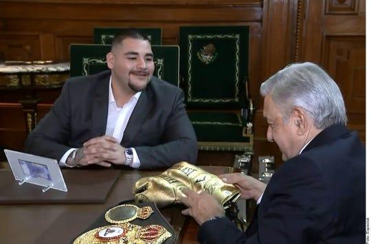 Andy Ruiz Jr. durante su visita con el presidente de México Andrés Manuel López Obrador.