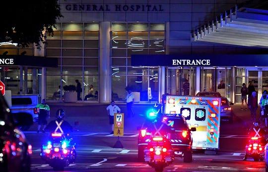 Policías escoltan la ambulancia en la que es trasladado David Ortiz en el Hospital General de Massachussetts, en Boston.