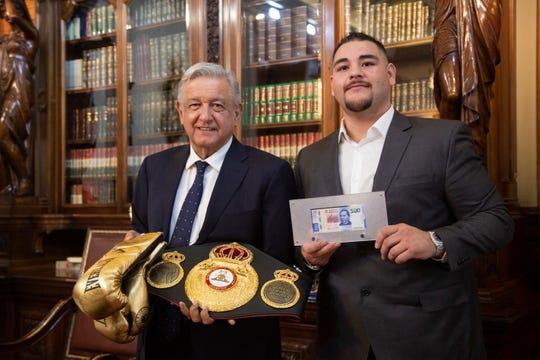 El presidente Andrés Manuel López Obrador y el campeón Andy Ruiz Jr. intercambiaron regalos.