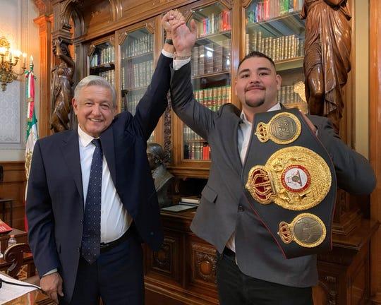 El presidente de México Andrés Manuel López Obrador le alza el brazo a Andy Ruiz.
