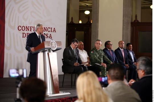 El presidente de México junto al equipo con el que pondrá en marcha el plan del acuerdo migratorio.