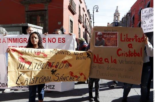 Un grupo de activistas durante una protesta afuera de Palacio Nacional piden la liberación de los líderes.