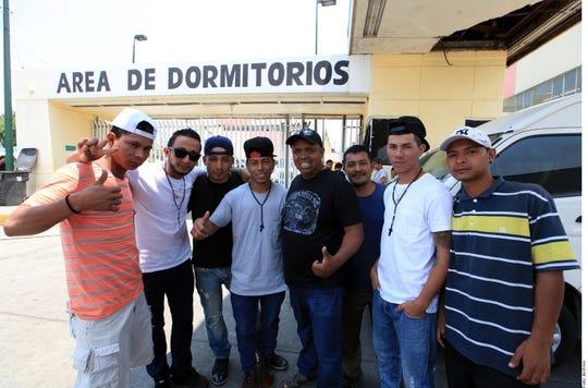 Irineo Mujica (de negro, al centro), es director de Pueblos sin fronteras.