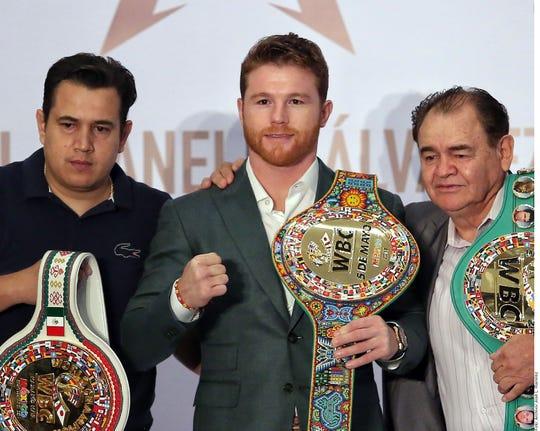 Saúl 'Canelo' Álvarez junto a su equipo de trabajo.