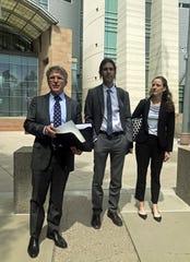 El abogado Greg Kuykendall (i) habla junto a su cliente el voluntario del grupo No Más Muertes Scott Warren, durante unas declaraciones a la prensa,