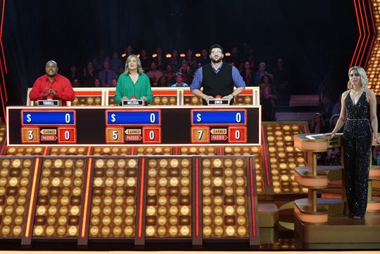 """Host Elizabeth Banks and contestants on the new version of """"Press Your Luck."""""""