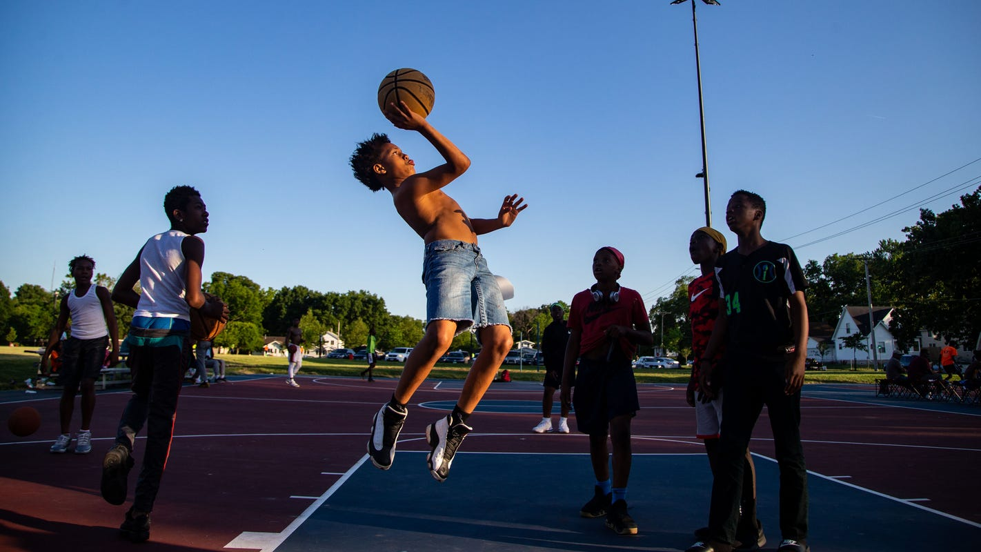 It's lit: Des Moines' nighttime basketball league fosters community under the lights