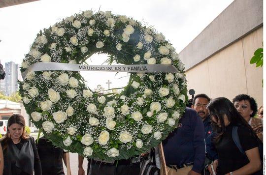 Corona de rosas enviada por la familia del actor Mauricio Islas.