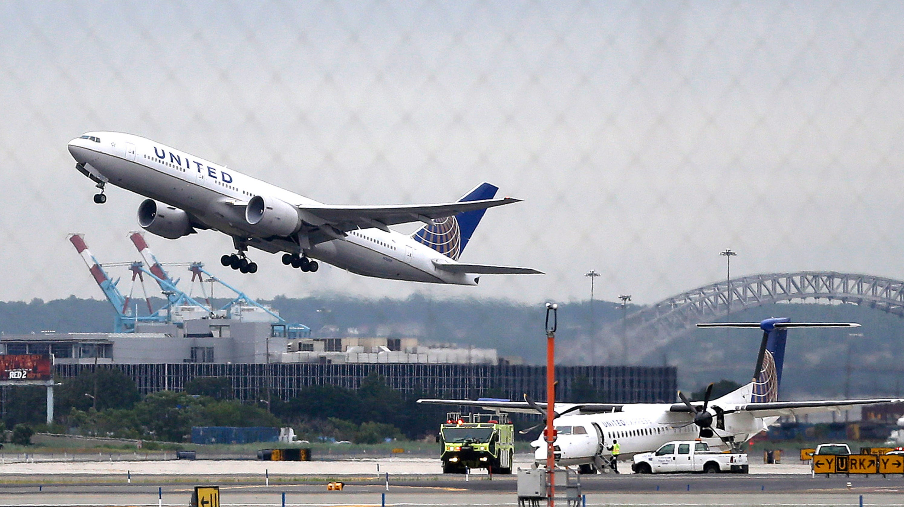 United Airlines plane skids off runway at Newark Airport; flights halted thumbnail