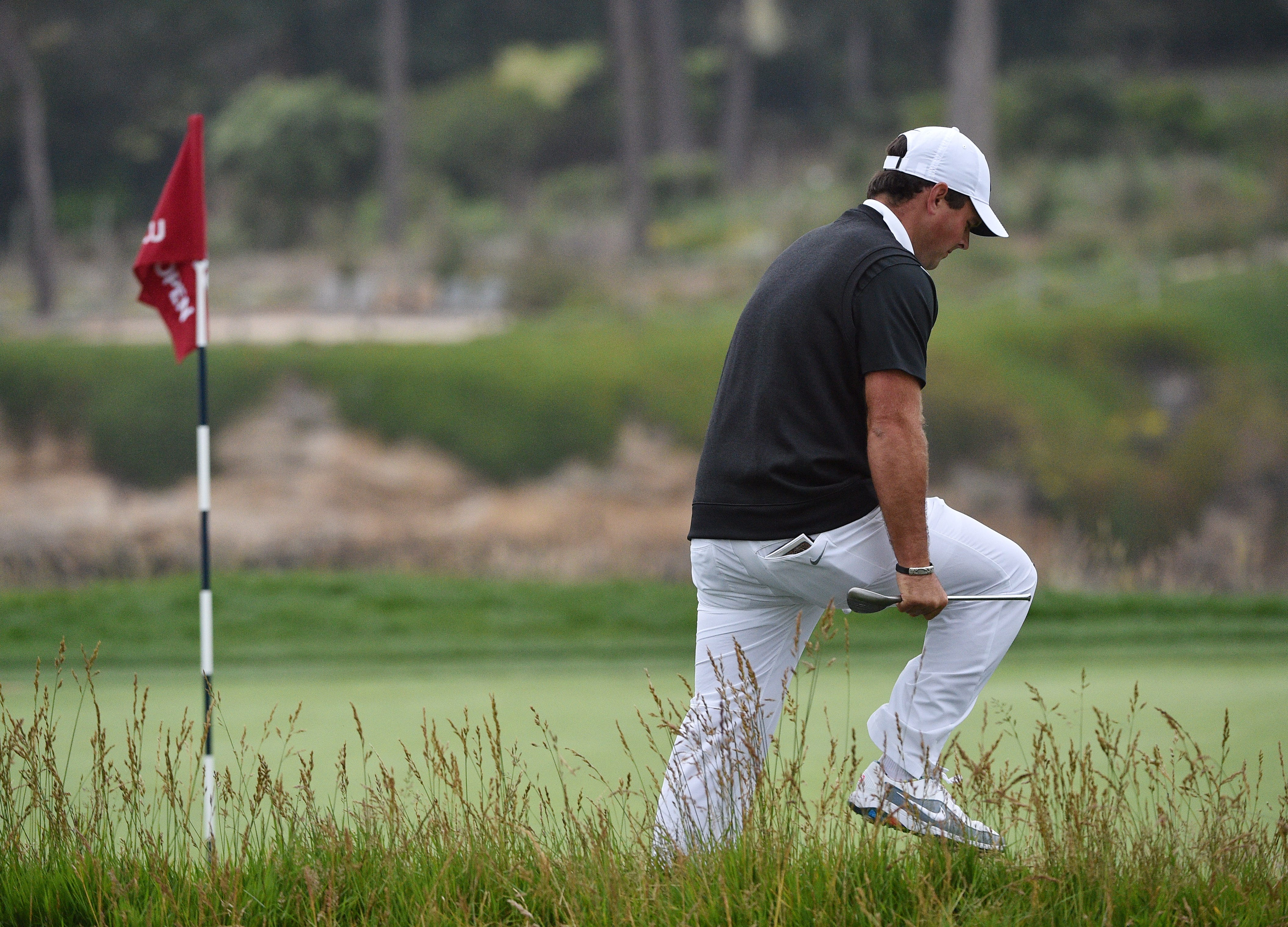 us open  patrick reed snaps club over leg on 18th at